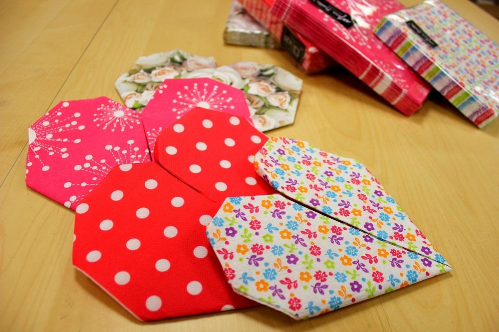 4-serviettes-pliees-en-coeur-et-les-lots-de-serviettes-mesa-bella