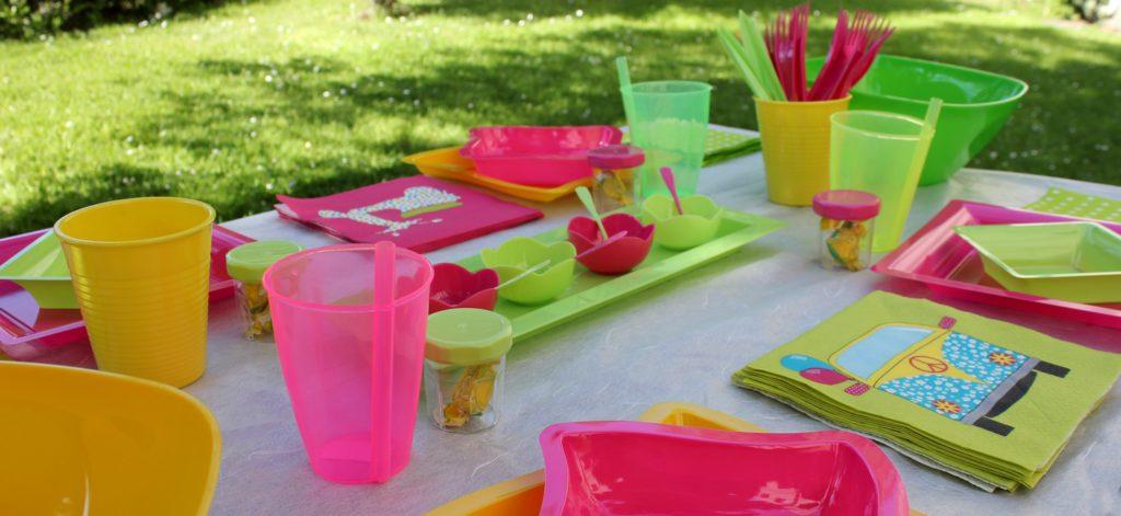 Une table apéro dînatoire avec de la vaisselle jetable aux couleurs fluos !