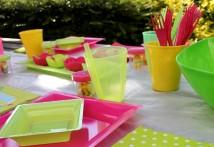 Des verres à pailles intégrées colorés et translucides pratiques et tendance