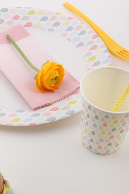assiette et gobelet gouttelettes pastel