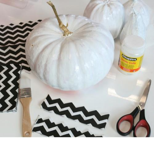Décorer une citrouille d'halloween avec peinture et serviette en papier Mesa Bella