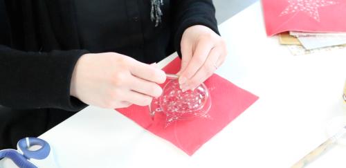 tuto DIY calendrier de l'avent étape 2 positionner la boule en plastique