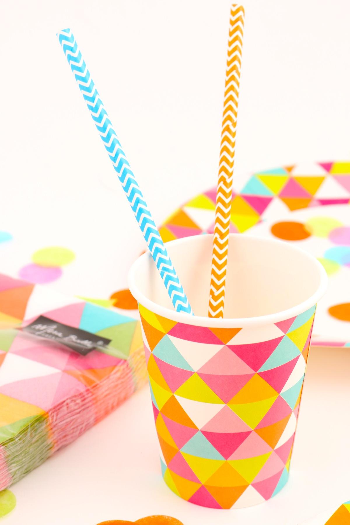 Paille et gobelets en carton collection Tangram Mesa bella pour le carnaval