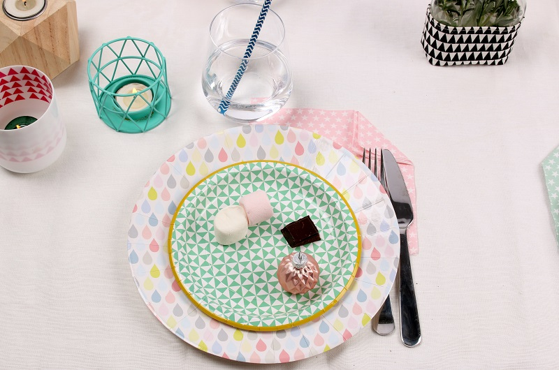 Assiette en carton pastel Mesa Bella pour une table graphique