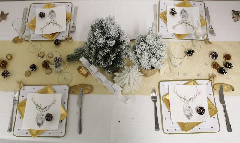 Table or avec serviettes et assiettes Mesa Bella
