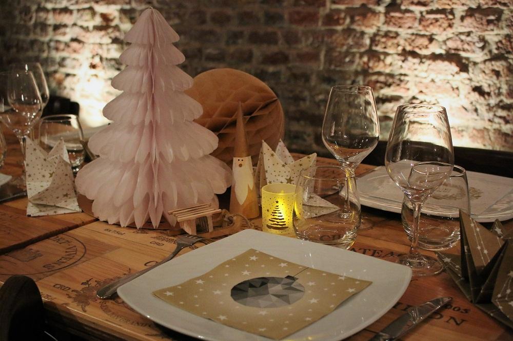 décoration de table sapin-et boules de noel en-papier