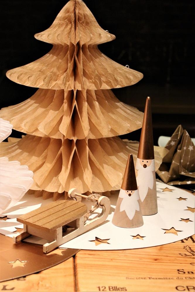 sapin-papier et sujets en bois luge pere Noel