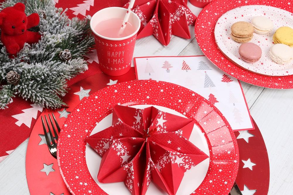 pliage de serviette flocon ou étoile couleur rouge traditionnel