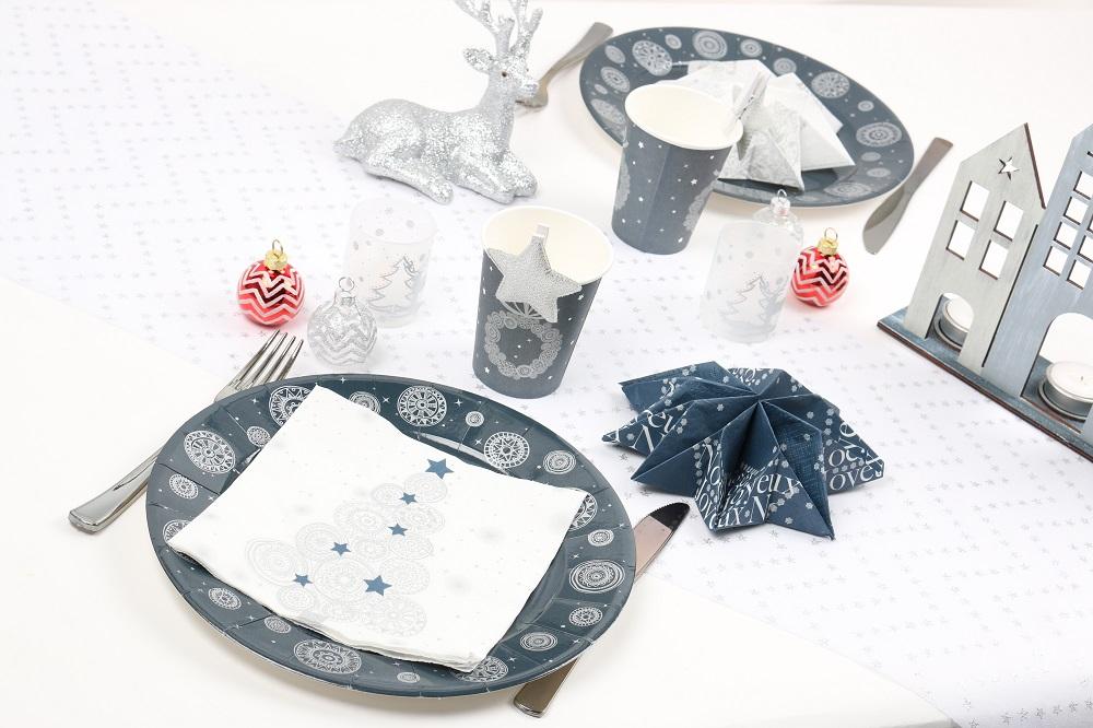 pliage de serviette flocon ou étoile couleur argent, blanc et bleu nuit