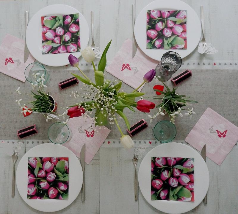 des tulipes en centre de table pour faire écho au motif de nos serviettes en papier,