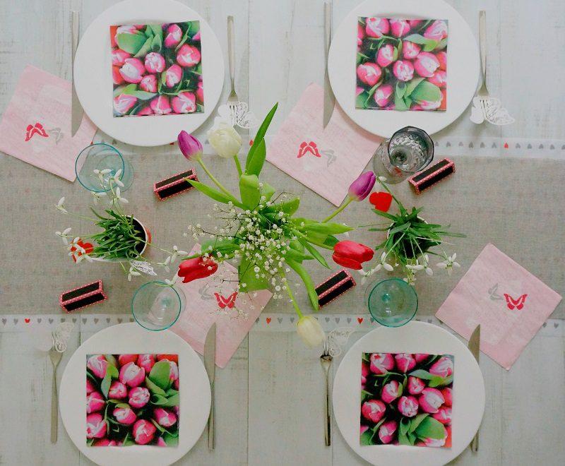 table pour la fête des grands mères : des tulipes et des coeurs pour lui dire je t'aime