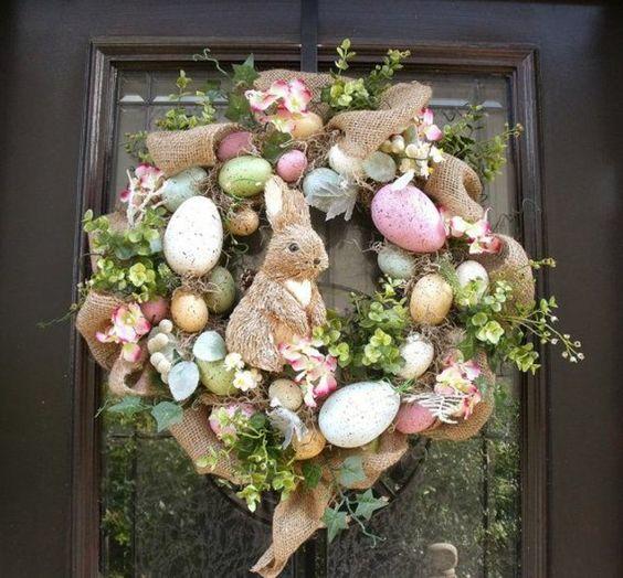 couronne de Pâques avec jute et lapin en osier