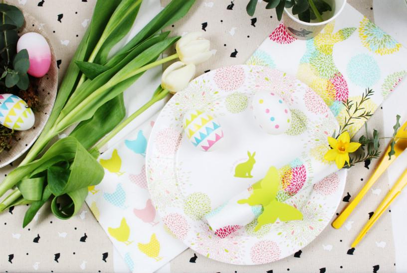 poule oeufs et lapin de Paques en vaisselle éphémère