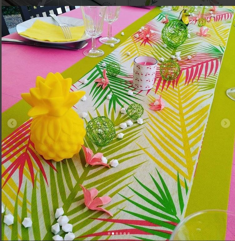 chemin de table feuilles tropicales multicolores