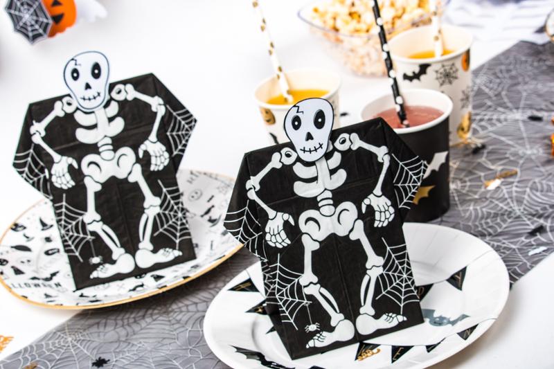 table d'halloween avec serviette en 3D squelette