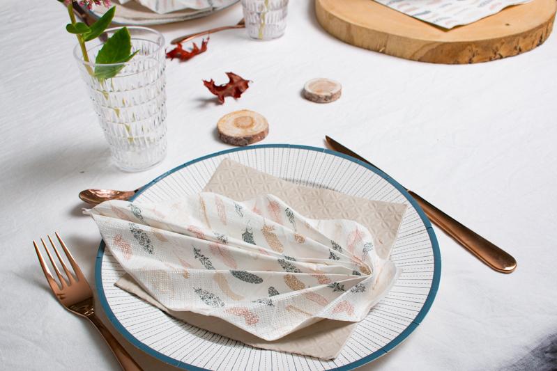 serviette en papier plumes dans les tons cuivrés