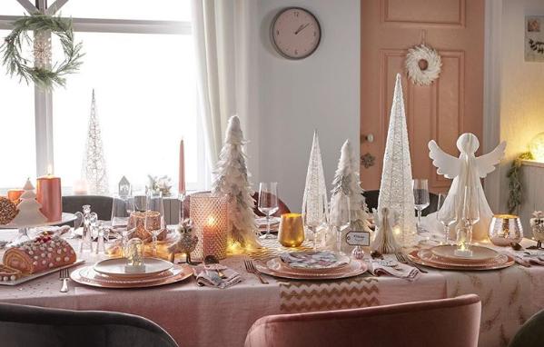 Table blanche rose et or pour Noël
