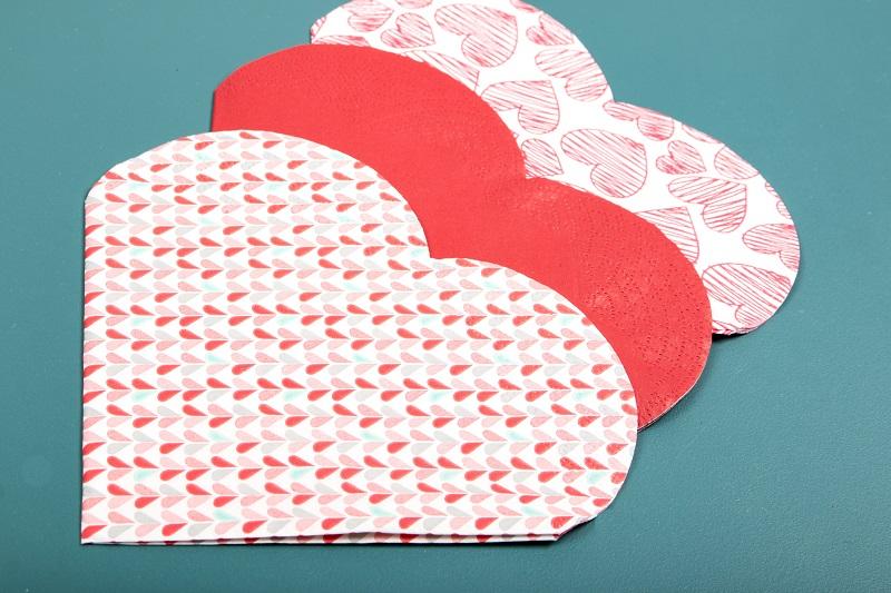 Découpe en forme de coeur pour ces serviettes en papier
