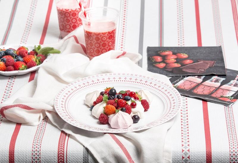 Décoration de table Bistrot, meringue et fruits rouges. Vaisselle Mesa Bella