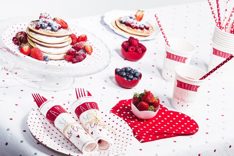 Table goûter gourmands. Nappes en papier blanc à pois rouge et gris.