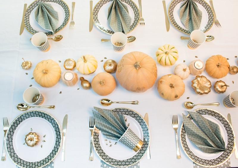Décoration de table automnale ! Chemin de table cucurbitacés et collection de vaisselle jetable disponible chez Alinéa !