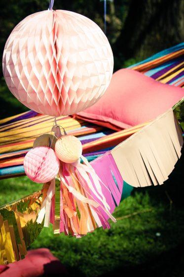 Pompon en papier rose pour une fête d'anniversaire
