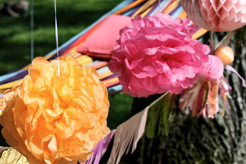 pompons en papier décoratifs orange et rose