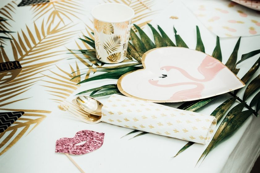 vaisselle jetable thème exotique rose et or